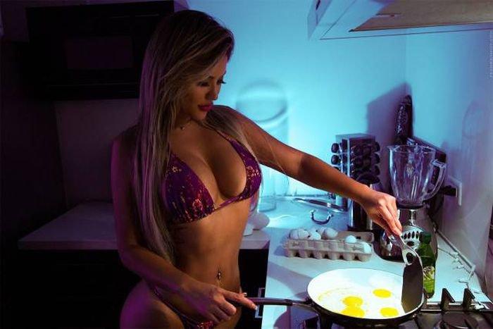 Девушки на кухне (47 фото)