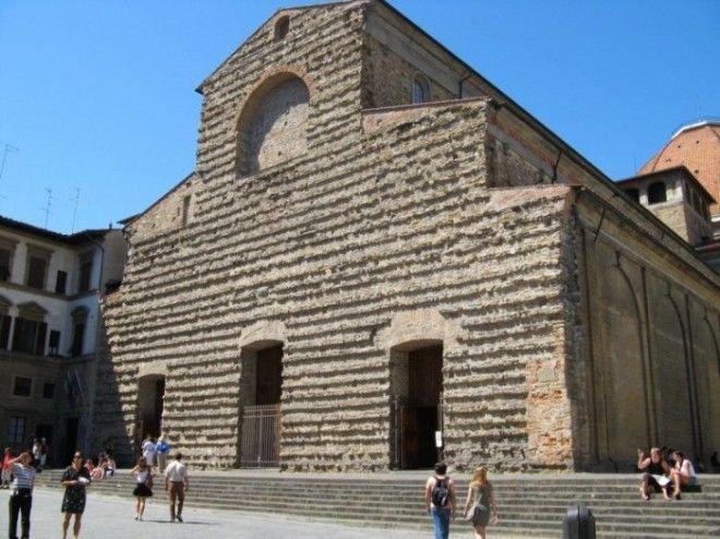 Церковь Святого Лаврентия была основана в 393 году после чего несколько раз реконструировалась и позже достроена по проекту Микеланджело