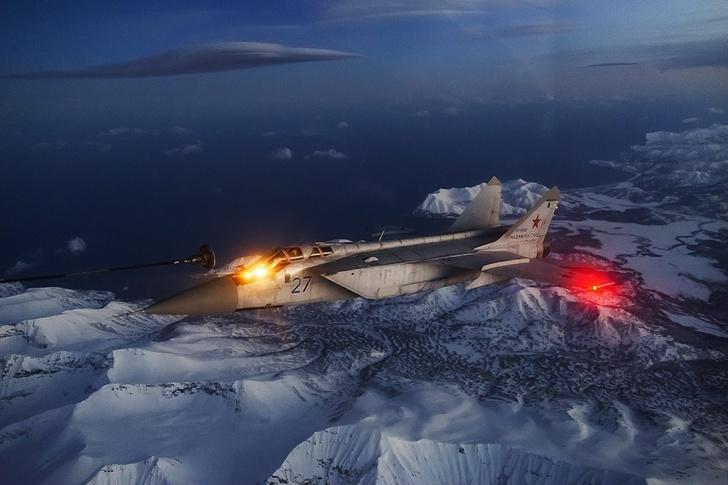 Истребители-перехватчики МиГ-31 морской авиации ТОФ впервые выполнили ночную дозаправку в воздухе