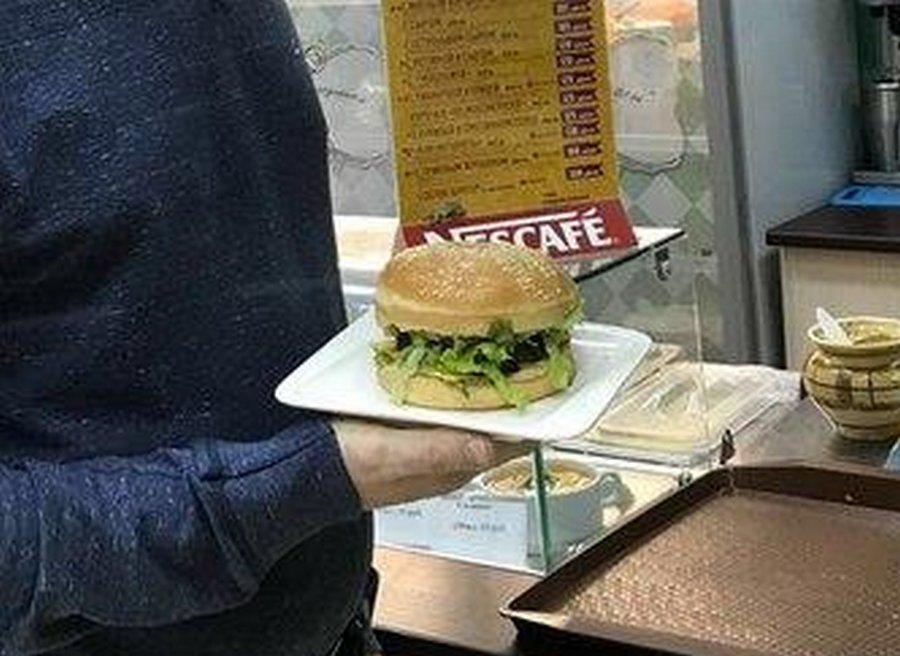 «Собчак-бургер»: в Красноярске новый бургер с кониной