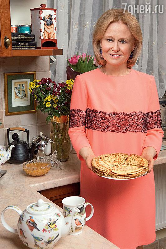 Рецепты от Дарьи Донцовой: оригинальные сырные блины сзеленью, блины в бутылке иблины классические