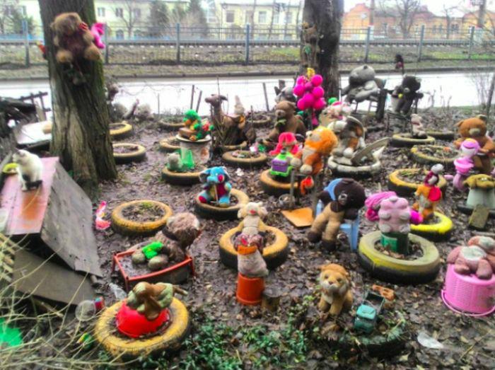 «Кладбище» игрушек во дворе.