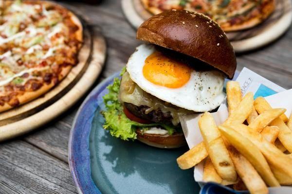 Навязчивая тяга к вредной пище — чего не хватает вашему организму?