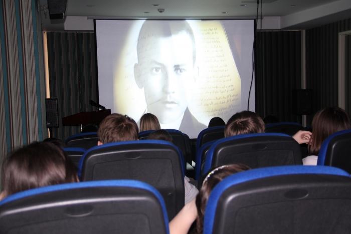 """Школьники смотрят фильм """"Пять мгновений любви"""", посвященный Гадбулле Тукаю"""