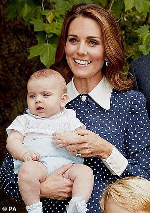 Подросший принц Луи на официальном портрете королевской семьи — фото