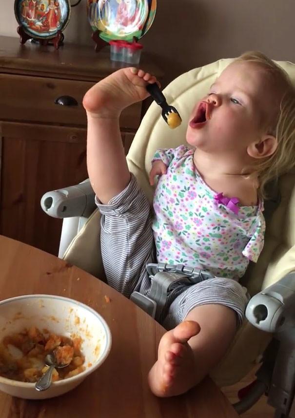Эта маленькая девочка родилась без рук, но научилась кушать при помощи ног