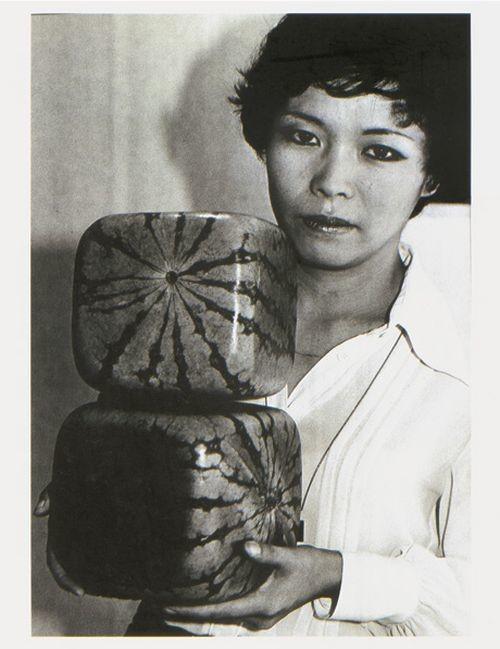 Графический дизайнер Томоюки Оно демонстрирует кубические арбузы, 1978 год, Япония было, история, фото