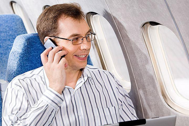 Пассажиров могут заставить платить за телефоны и верхнюю одежду в самолете