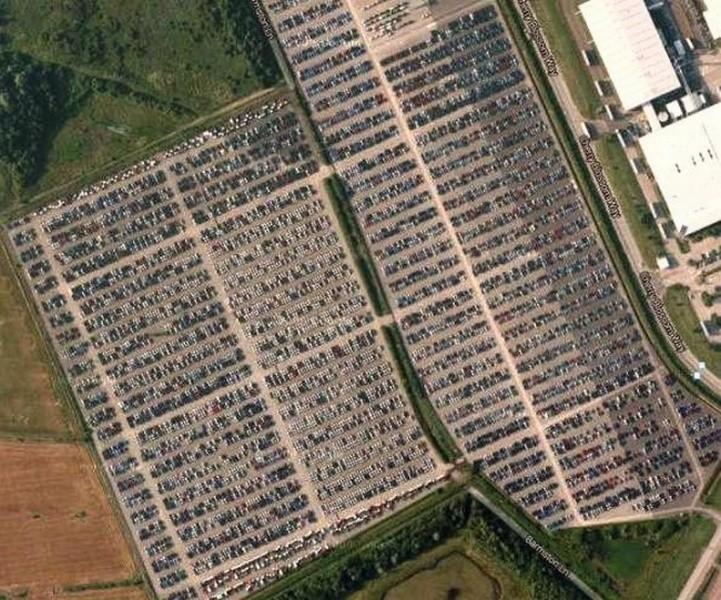 """А рядом завод """"Ниссан"""" и автостоянка - но не для машин сотрудников завода, а для непроданных новых автомобилей. авто, факты"""