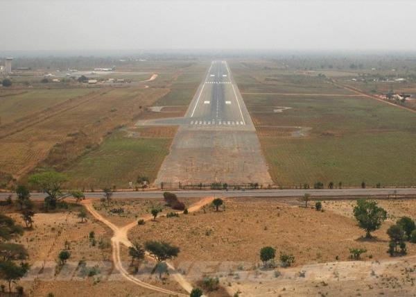Никто не смог объяснить происхождение плит, на которых построен африканский аэропорт Юндум