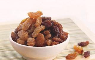 Чистим организм от соли с помощью изюма и меда