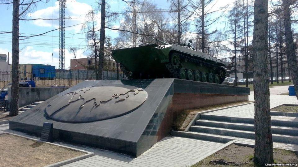 БМП на памятнике в Новосибир…