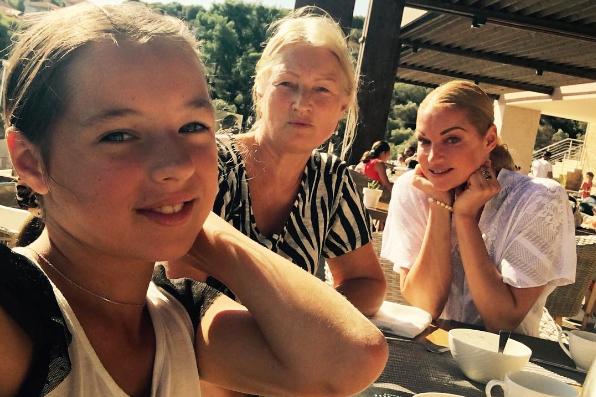 Делай, как мама: Анастасия Волочкова учит 11-летнюю дочку позировать в бикини