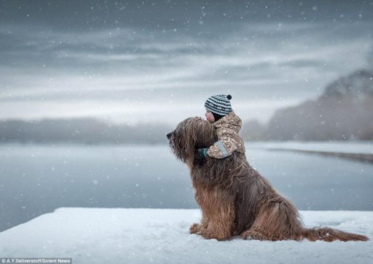 Фотосграфии о дружбе маленьких детей и больших собак