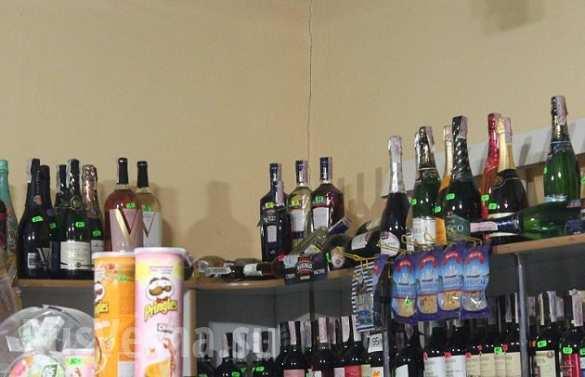 Двое пьяных енотов устроили дебош в продуктовом магазине.