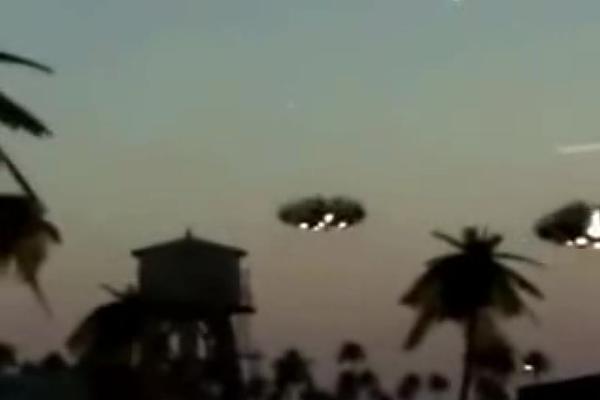 В сеть попало ошеломительное видео появления двух НЛО над оживленной китайской улицей