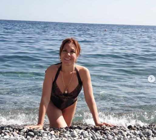 Фото 56-летней Азизы в купальнике восхитило поклонников