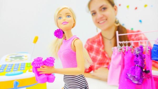 Аня и Барби выбирают подарок