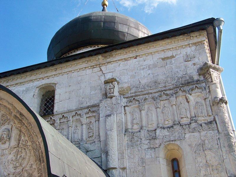 Остатки стен старого собора с белокаменной резьбой. Города России, владимирская область, красивые места, пейзажи, путешествия, россия