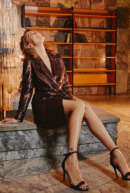 """""""Лед"""" и пламя: Аглая Тарасова представила новогодние образы в fashion-съемке"""