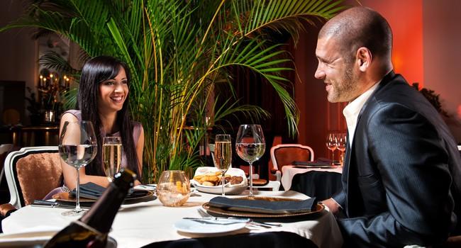В ресторане мужчина солидного вида подсаживается за столик к красивой девушке: