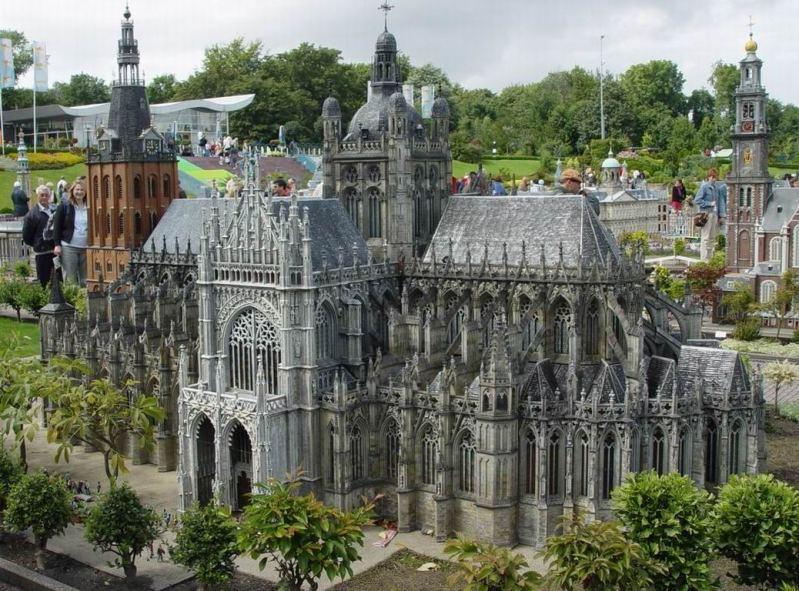 Миниатюра базилики Св. Иоанна в г. Хертогенбош. Парк Мадюродам. Фото