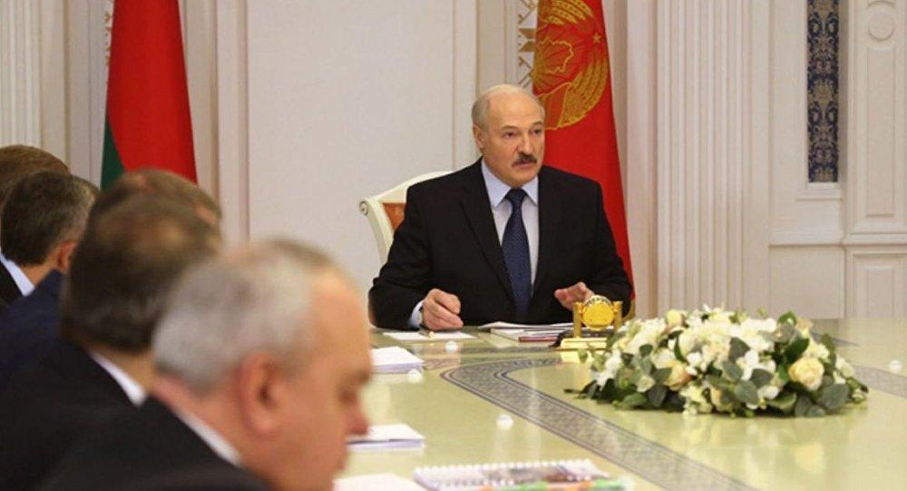 Официальный Минск решил стоя…
