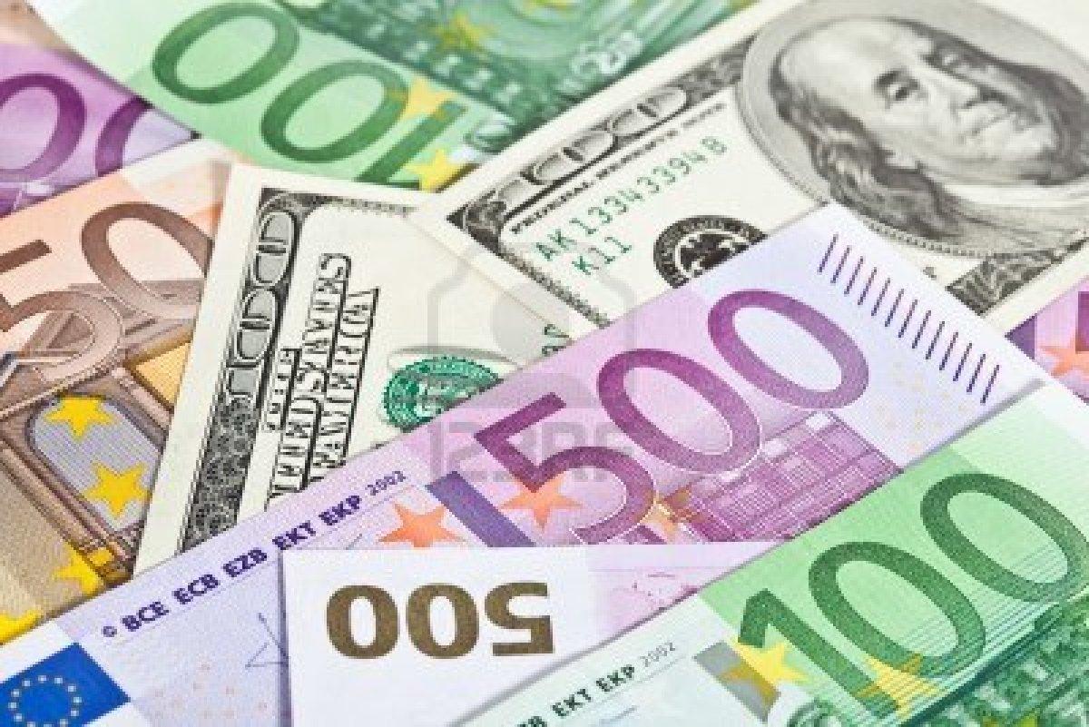 Курс евро к доллару впервые за 14 лет опустился ниже 1,04
