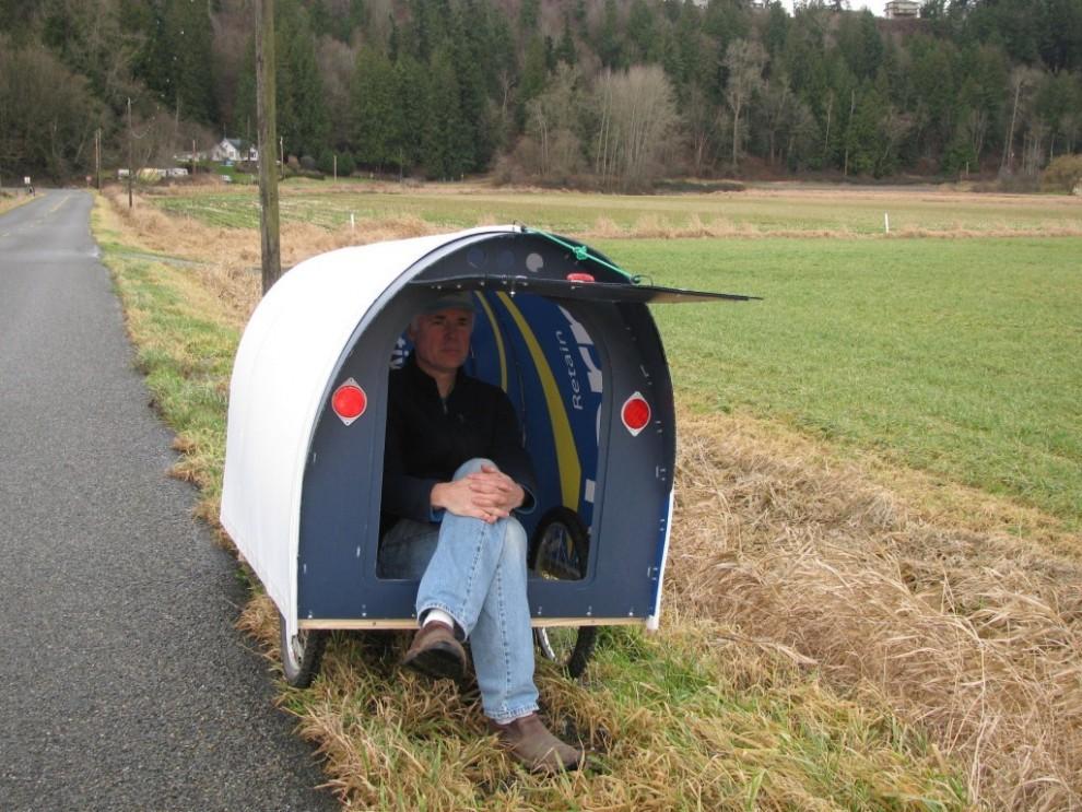 Американец построил крохотный домик и путешествует в нем по стране