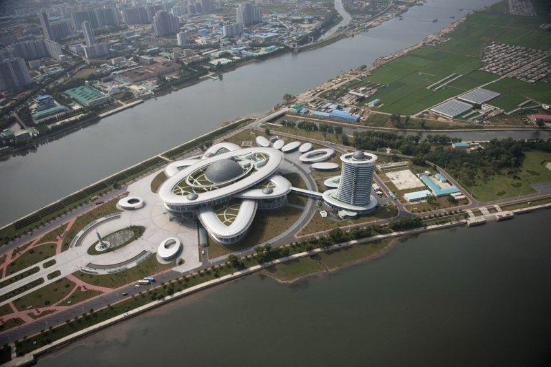 Открытый в 2015 году научный центр был построен в форме атома. В состав центра также входит музей Арам Пан, Пхеньян, видео, красота, редкие кадры, с высоты, фотограф