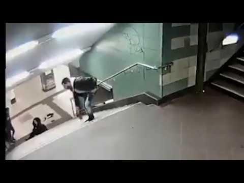 Шокирующее видео: ударом ноги в спину мигрант сбросил немецкую женщину с лестницы