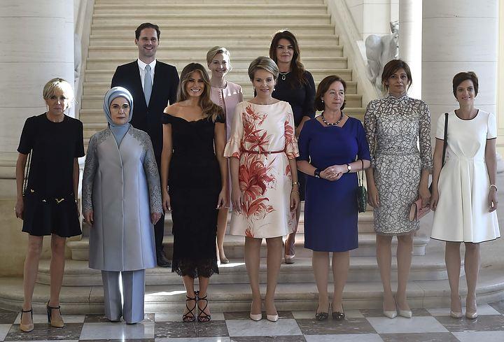 Муж премьер-министра Люксембурга позировал на фото в рядах жён лидеров стран НАТО