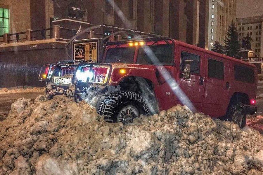 За рулём Hummer, гоняющего по газонам, оказалась барышня-налоговый инспектор