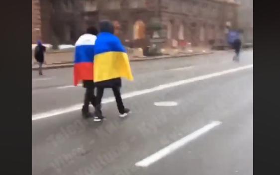 «Обнимемся, братья»: в Киеве смельчаки вместе прошлись с флагами Украины и России
