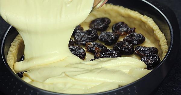 Творожный пирог с черносливом — пальчики оближешь.