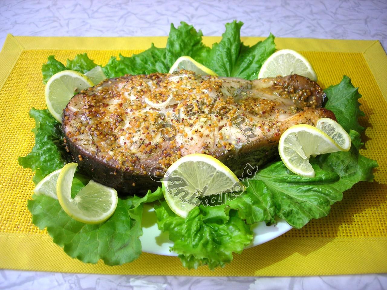 Запеченный стейк толстолобика в медово-горчичном маринаде