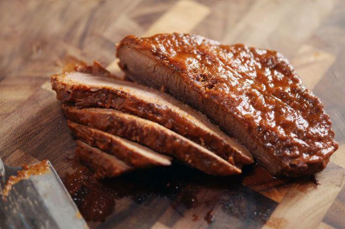 Маринование в рассоле делает мясо особенно вкусным и мягким. /Фото: thespruceeats.com