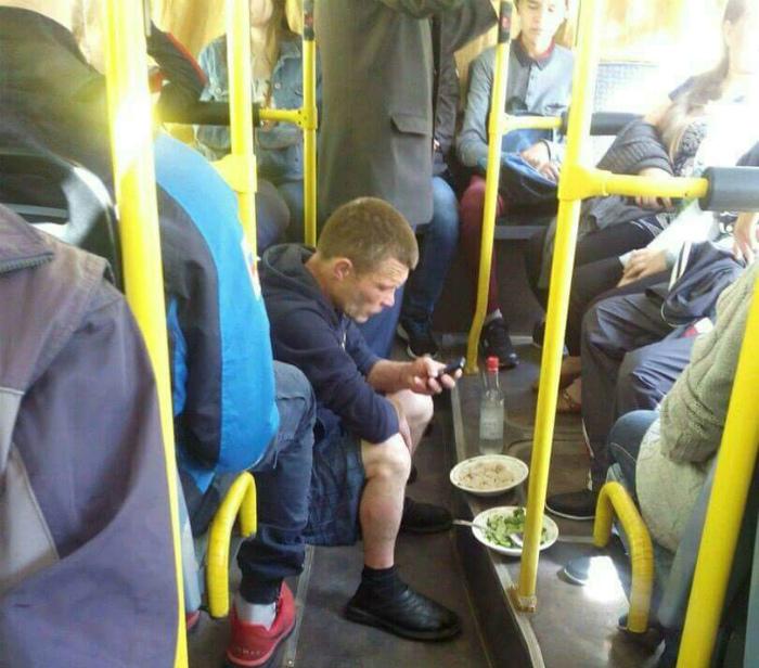 Трапезничать в автобусе? А почему бы и нет? | Фото: Reddit.
