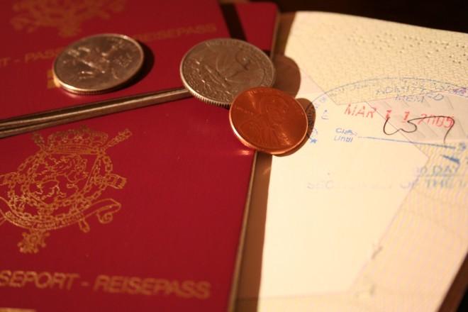 паспорт, виза и монеты
