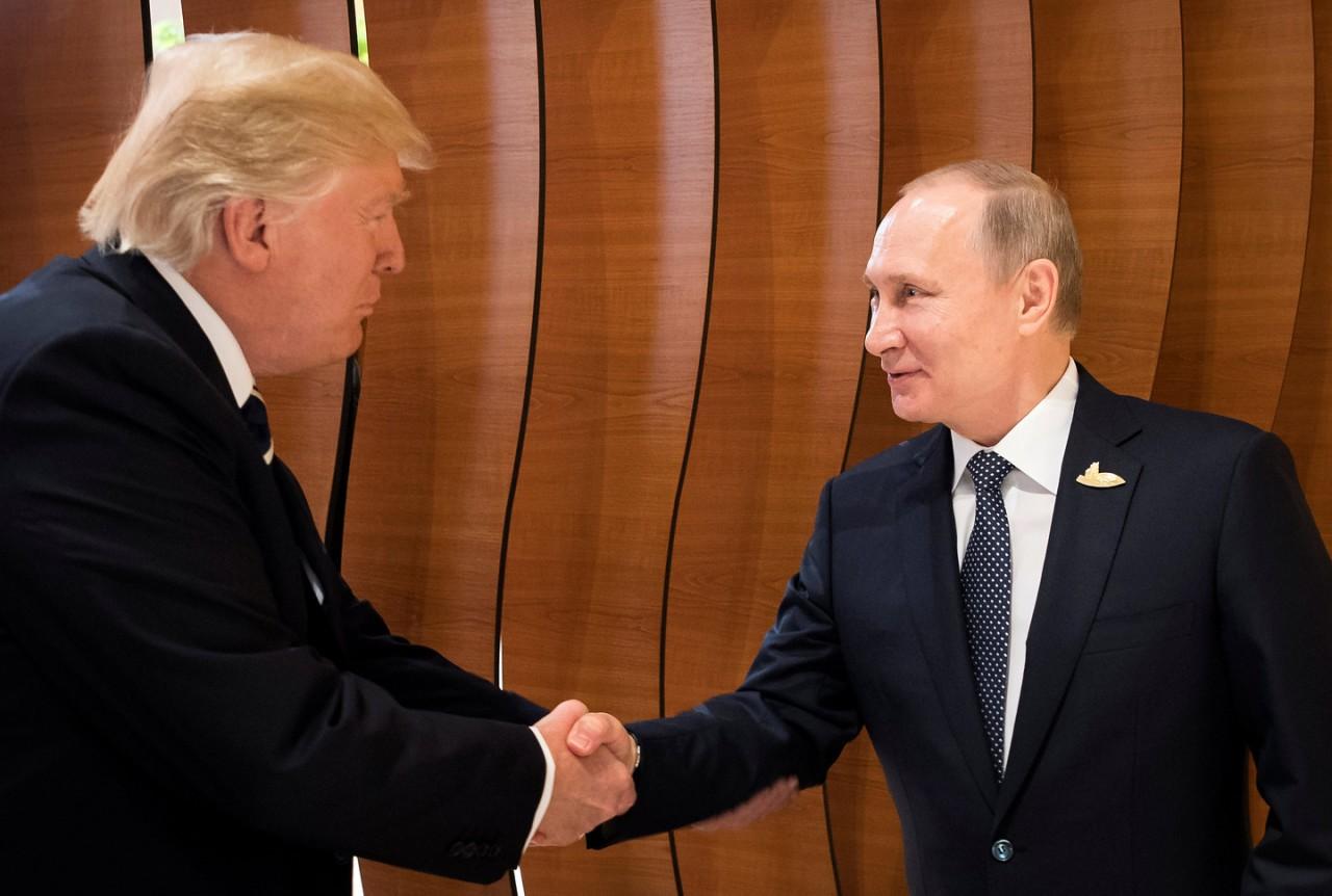 """Трамп """"прощупывает"""" Путина. Физиогномист оценил рукопожатие двух лидеров"""