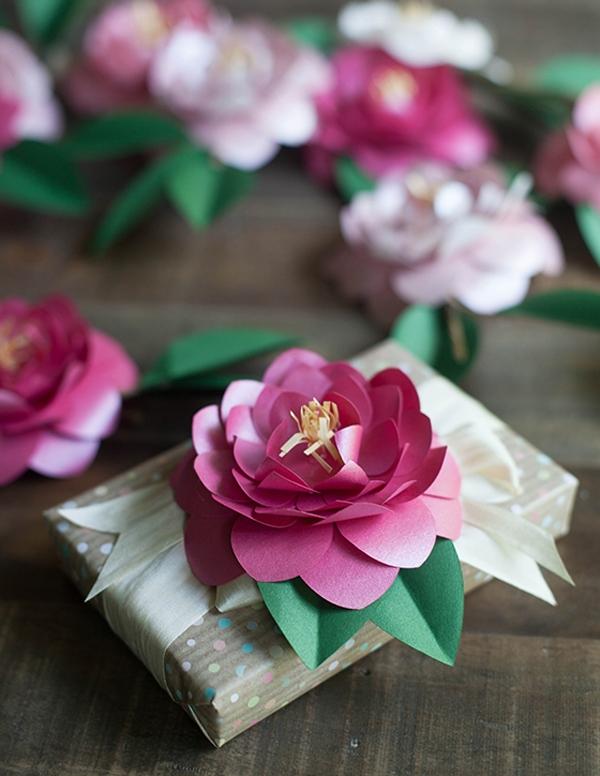 Декор подарка с помощью цветов ручной работы