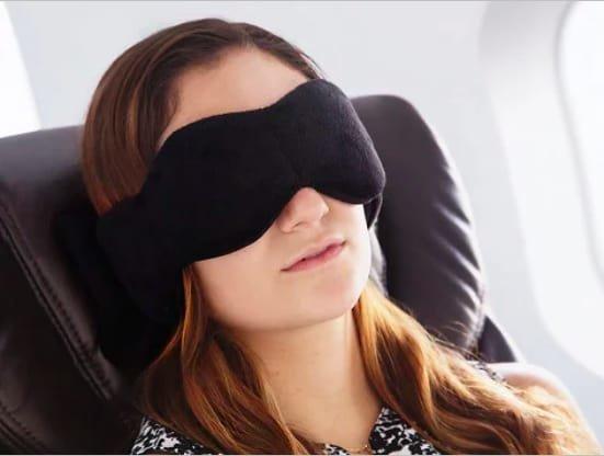 8. Маска для сна, которая оказывает мягкое давление на глаза, создавая дополнительное расслабление одежда, подборка, полезно, полет, самолет, советы, удобно, фото