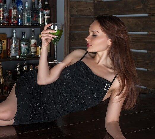 Как пьяная девушка в баре попросила мужика поохранять ее, пока она спит.