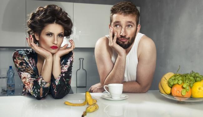 Если мужа плохо кормить, он худеет так сильно…  … что с его пальца сваливается обручальное кольцо.