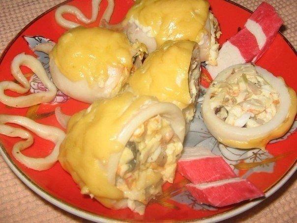 Картинки по запроÑу Шикарное блюдо Ð´Ð»Ñ Ð»ÑŽÐ±Ð¸Ñ'елей морепродуктов — Кальмары, фаршированные грибами и Ñыром