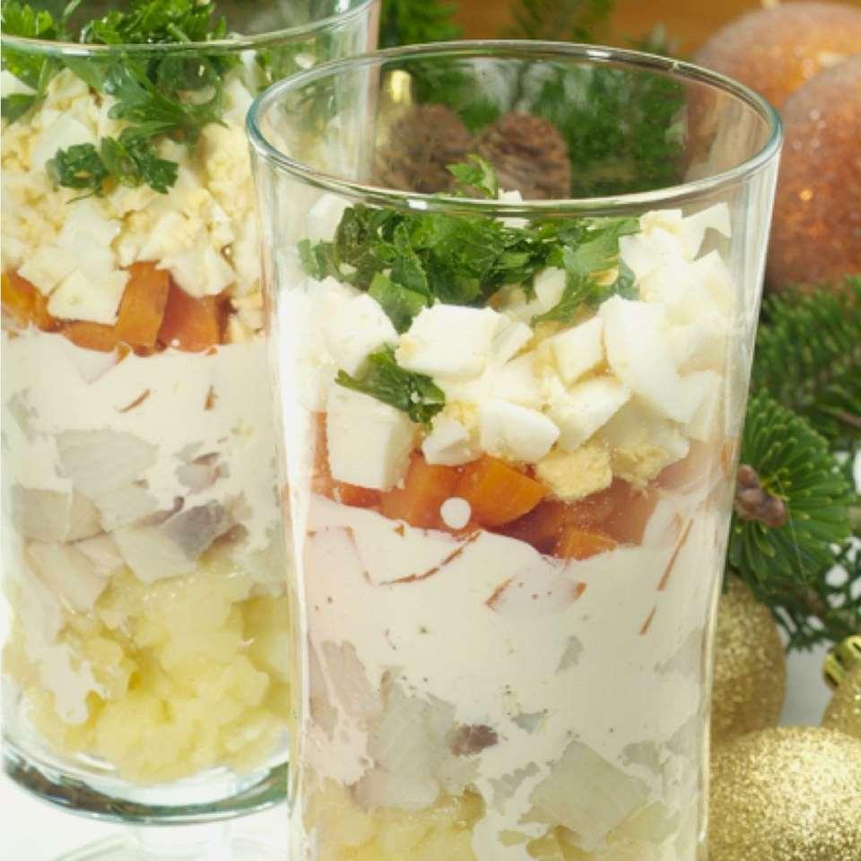 Порционный салат с селедкой