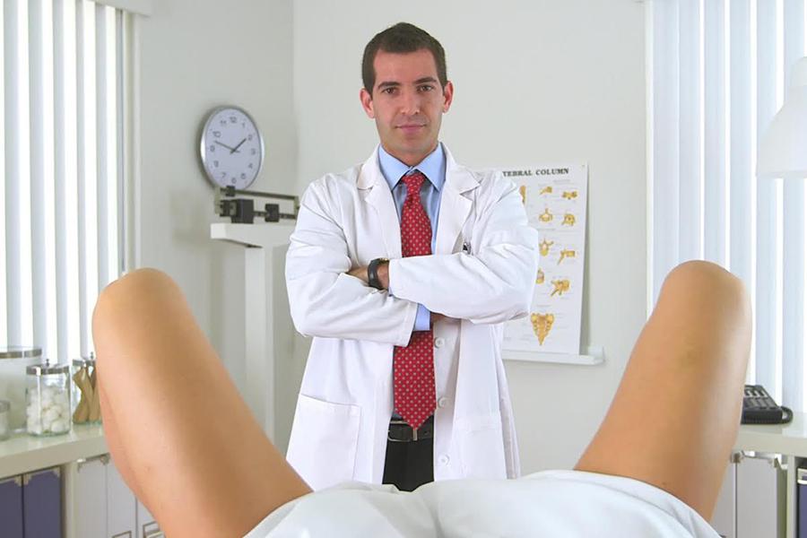 женщина на приеме дерматовенеролога