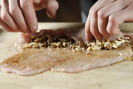 пошаговый рецепт приготовления куриной грудки, фаршированной орехами - шаг 4