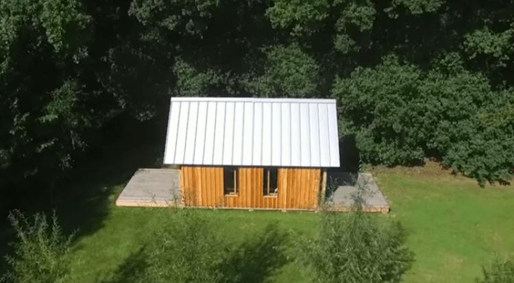 Сын построил для своей мамы домик с очень интересным секретом...