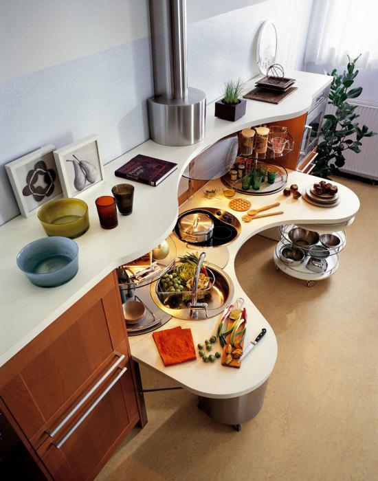 Кухня с выдвижным столиком.